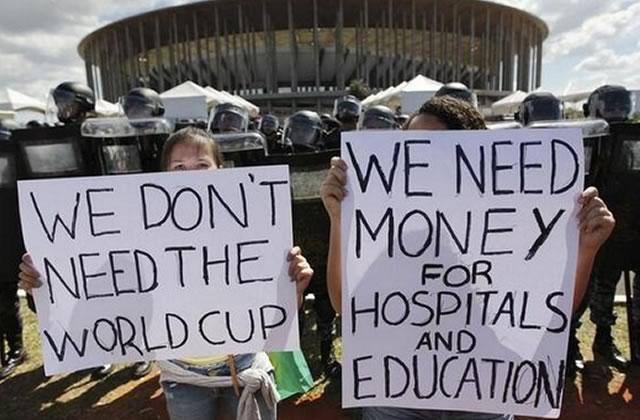 Coupe du monde de foot 2014 : les travailleurs font leur entrée sur le terrain !