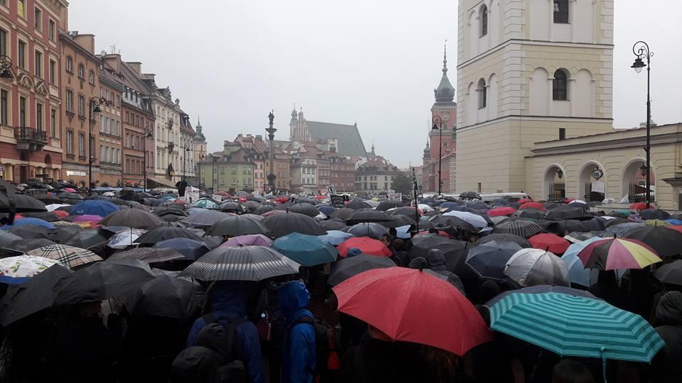 Pologne. Plus de 140 000 femmes manifestent contre l'interdiction totale de l'avortement