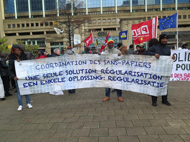 Des milliers de personnes manifestent pour la régularisation des sans-papiers