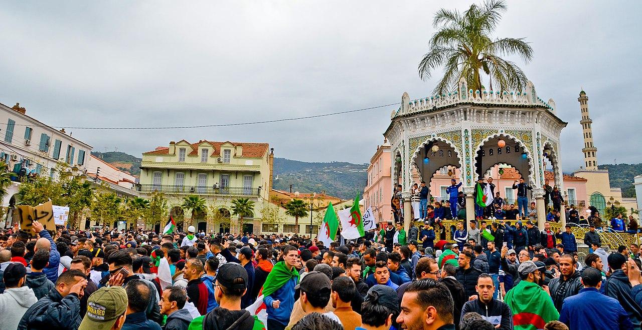 Algérie. Le mouvement de masse fait vaciller le régime
