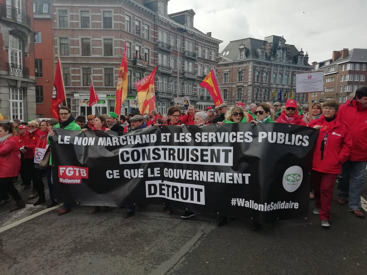 Le gouvernement wallon perd sa majorité… 12.000 manifestants envahissent Namur le même jour