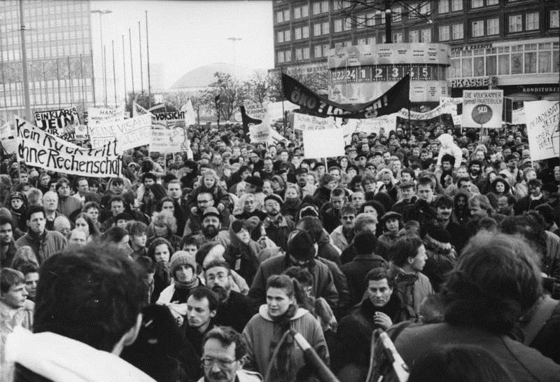 1989. Le Mur de Berlin s'effondre alors que le pouvoir est dans les rues